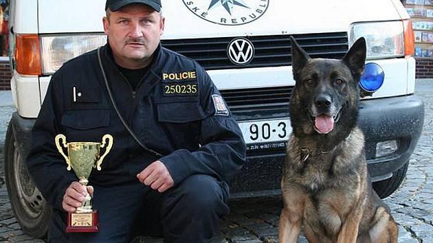 Policista Radek Hofman se psem Britem.