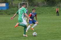Fotbalisté Blanska (v modro-červeném) remizovali v divizi doma s Bohunicemi 1:1. Remízu domácím zachránil gól blanenského kanonýra Jana Koudelky.