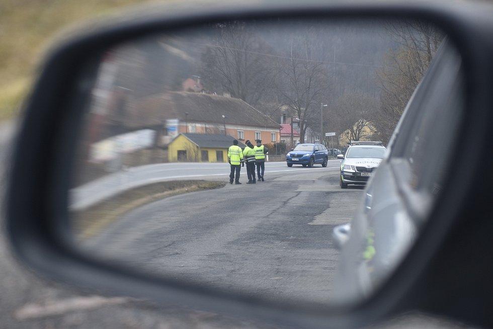 Policisté na Blanensku od pondělí kontrolují dodržování vládního nařízení ohledně omezení pohybu spojené s epidemií koronaviru. Na snímku kontroly na okraji Letovic.
