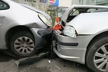 Muž s autem vjel do protisměru a narazil do zaparkovaných vozidel.