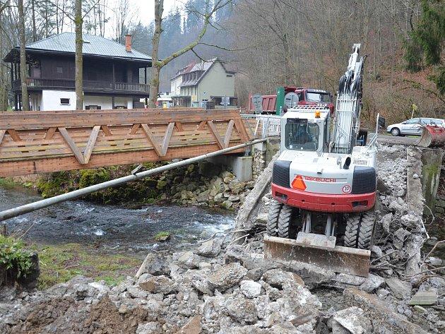 Dělníci zbourali starý most na silnici ke Kateřinské jeskyni, opravili silnici k Punkevním jeskyním. Tam vyrostl i nový bufet