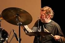 Bubeník Radim Kolář připravil pro blanenské kino Philadelphia projekt, tedy poctu Milesu Davisovi a jeho spoluhráčům. Koncert soudobé alternativní hudby spojí jazz, filmy i biketrial v originálním experimetnu. Začíná v úterý v půl osmé večer.