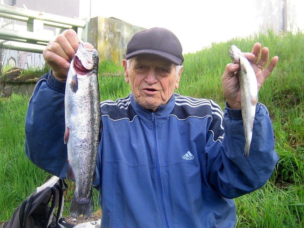 Ve středu rybáři zahájili sezónu na pstruhových vodách.