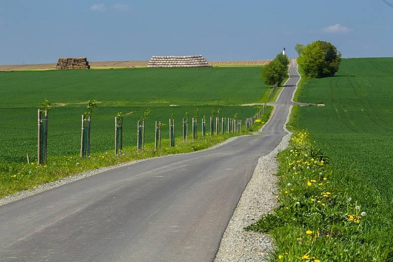 Zpevněný povrch polních cest, opravený most přes Veselský potok, sjezdy k polím. Ale také rozšířená místa pro vyhýbání zemědělské techniky. V devátém ročníku soutěže zaměřené na pozemkové úpravy v krajině obsadily tento týden první místo.
