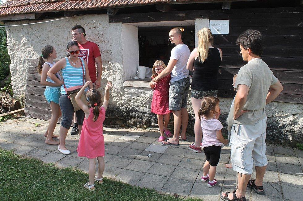 Do Velenova nedaleko Boskovic se sjeli potomci manželů Sekaninových, kteří přivedli na svět šestnáct dětí. Sobotní akce se zúčastnilo na sto čtyřicet těchto potomků z celkového počtu sto osmdesáti šesti.