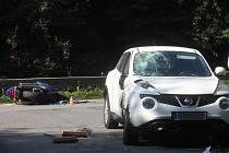Motorkář srážku s autem odnesl vážným zraněním ruky.