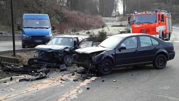 Nehoda dvou aut ve Sloupu.