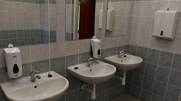 Blanenští investují do oprav ve školách miliony. V základní škole v ulici Salmova letos dělníci naváží další etapou na modernizaci tamních toalet.
