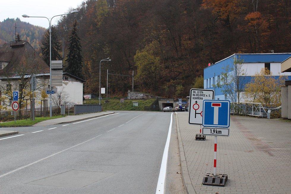 Od pondělí platí uzavírka silnice mezi Adamovem a Bílovicemi nad Svitavou.  Průjezdná má být až v půli prosince.