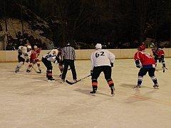 Hokejisté HC Blansko (v bílém) sehráli ve středu večer utkání 13. kola okresního přeboru venku. Pod širým nebem. A ze sloupského zimáku Pod skalami si přivezli výhru 9:4. Dostatečný náskok si Blansko vytvořilo již v první třetině, kterou vyhrálo 4:1.