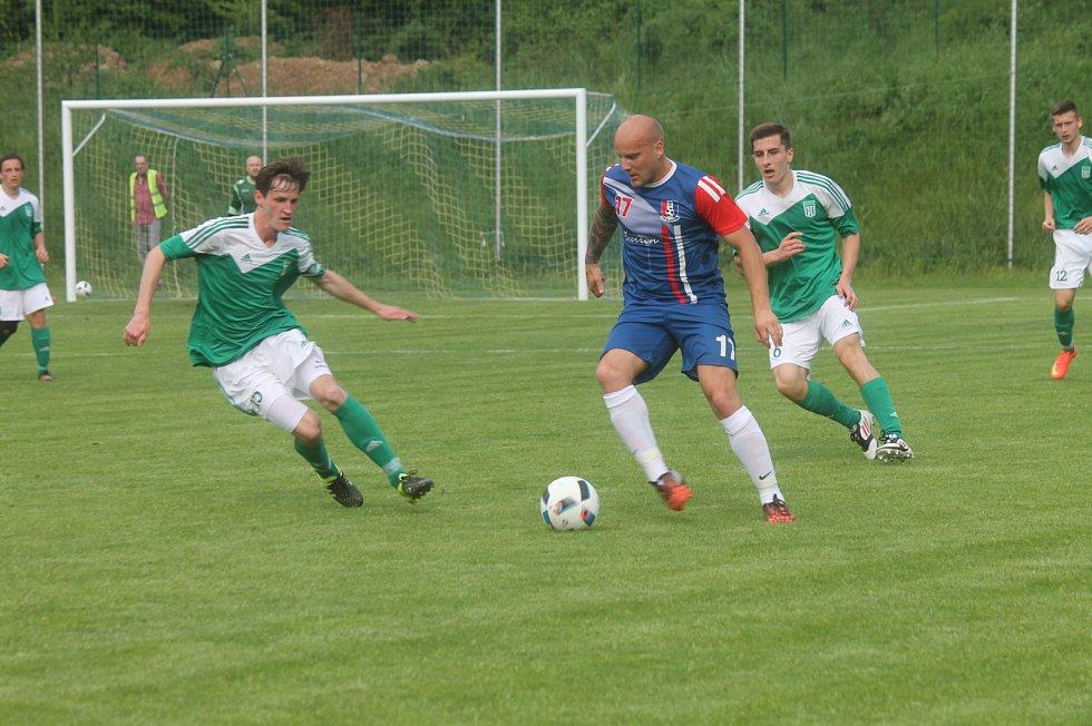 Fotbalisté Blanska porazili v předposledním domácím utkání Ždírec nad Doubravou 3:0. Díky remíze prvních dvou týmů tabulky se svěřenci trenéra Zbořila dostali opět do čela divize.
