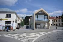 Bývalá hasičská budova v centru Blanska léta chátrá. Vedení města má nyní jasný plán, co s ní.  Nechá ji opravit a přesune do ní z nedaleké pěší zóny v Rožmitálově ulici informační kancelář Blanka. Na fotografii vizualizace projektu.