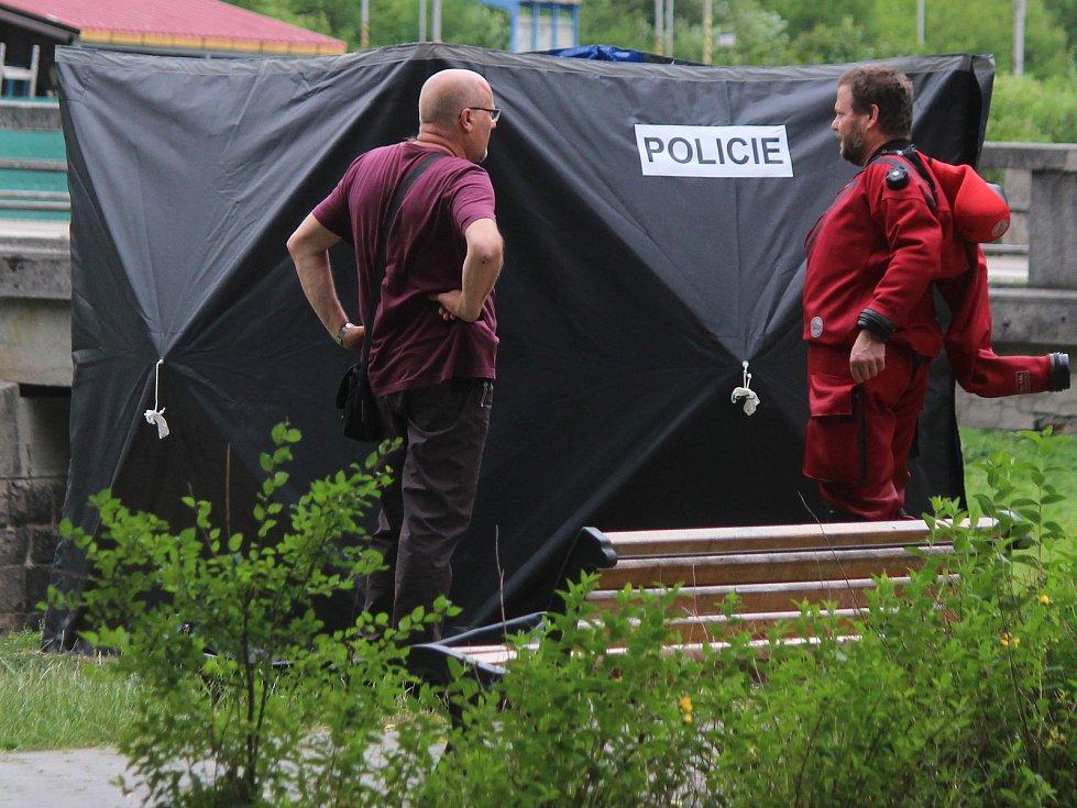Na nábřeží Svitavy v Blansku vytáhli policisté z potoka mrtvého muže.