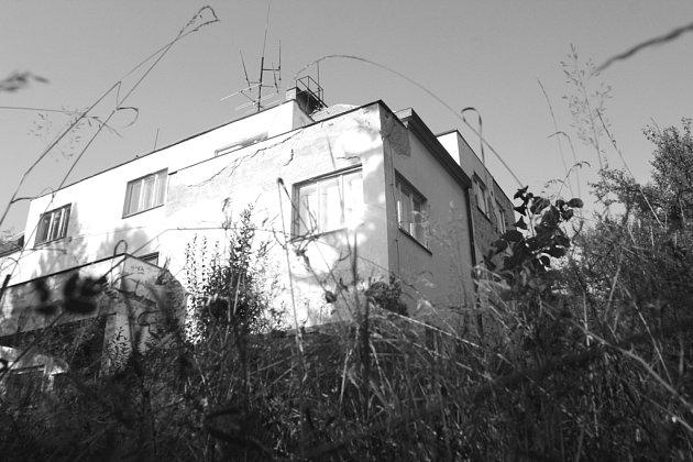 DŘÍVĚJŠÍ OZDOBA BLANSKA. Sochorova vila, postavená ve čtyřicátých letech,  se kdysi pyšnila nadstandartními byty, krásnou zahradou a bazénem. V současnosti chátrá,  schází se u ní  bezdomovci a narkomani.