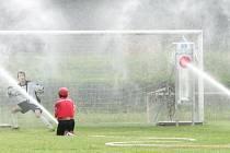 Gólman Blanska si s hasiči rozumí. Na nedávném mistrovství světa vychytal nejvíc vody.
