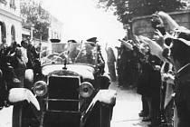 VÍTÁNÍ OSVOBODITELŮ. Z Blanska odešly poslední německé jednotky 9. května 1945 ráno.