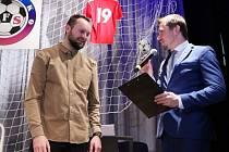 Vladan Horák převzal ocenění pro nejlepšího fotbalového trenéra okresu Blansko.