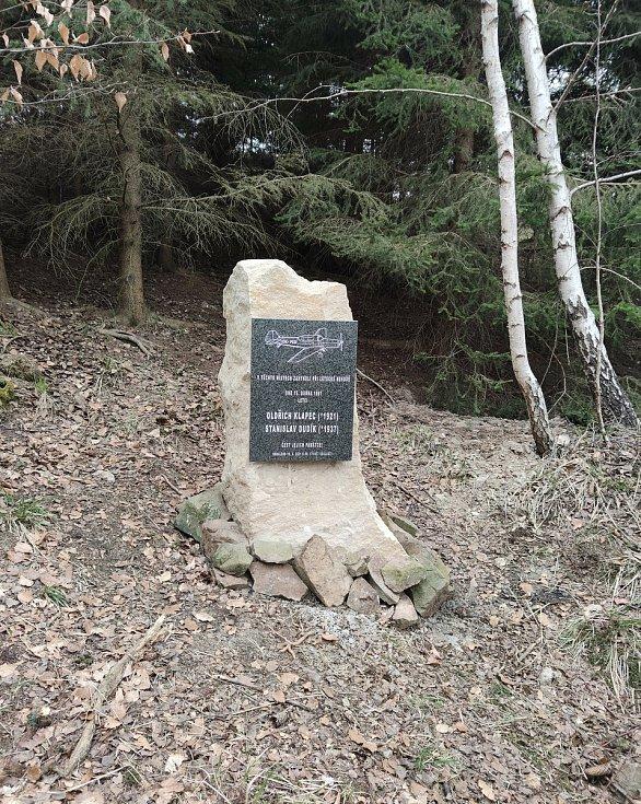 Pomník na místě pádu letadla.