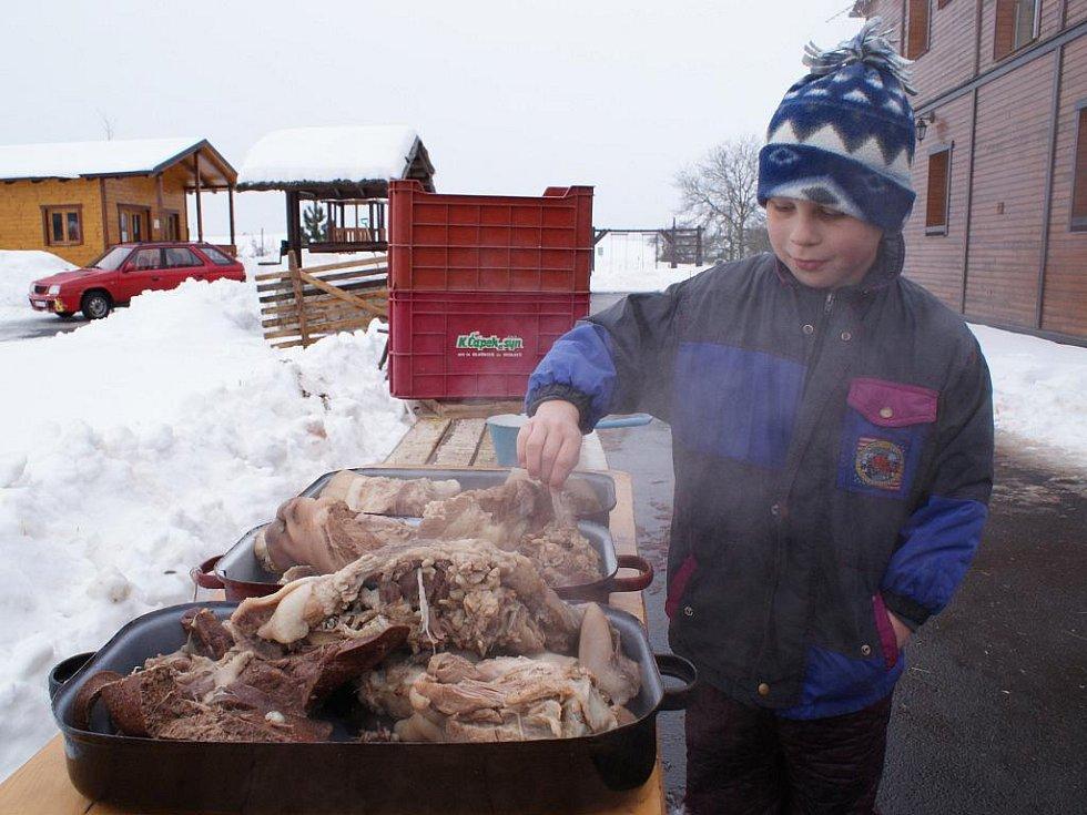 V agrocentru Ohrada ve Vískách v sobotu uspořádali tradiční domácí zabijačku.