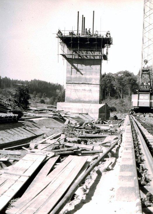 Posuvné bednění, betonáž dříku odběrné věže (léto 1974).
