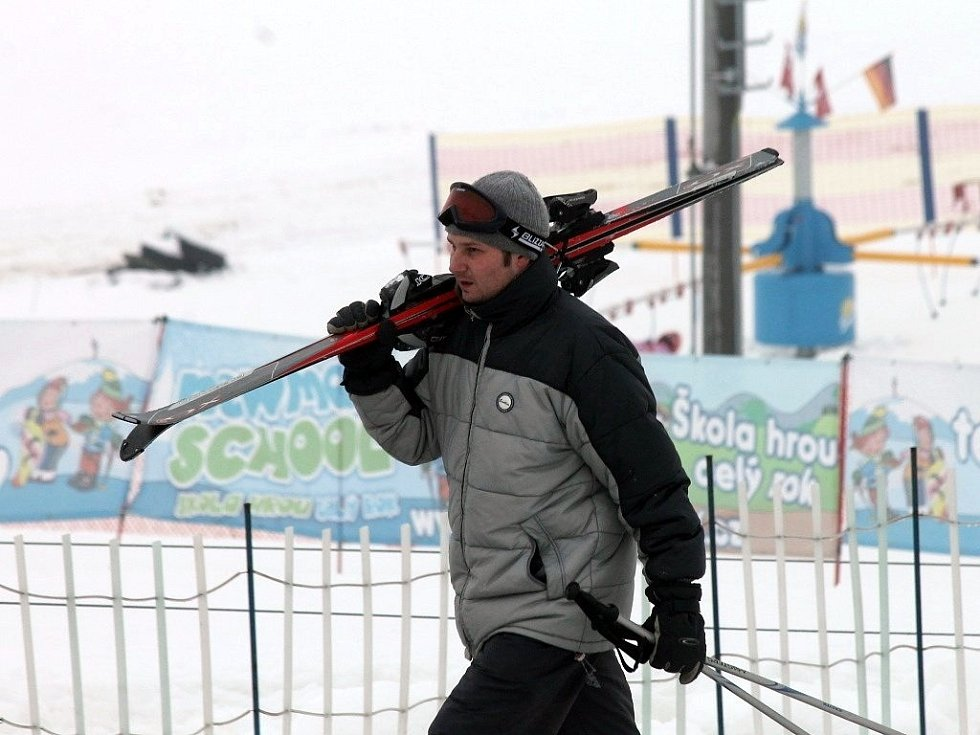 Na sjezdovce v Olešnici se lyžuje už od čtvrtka. Ve ski areálu je na svahu více než půl metru sněhu. Na první víkendové lyžování přijeli hlavně lyžaři z Brna.