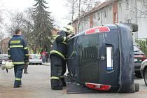 Tři poškozená auta a dva zranění řidiči. To je bilance dopravní nehody, která se stala ve čtvrtek dopoledne v Chelčického ulici v Blansku.