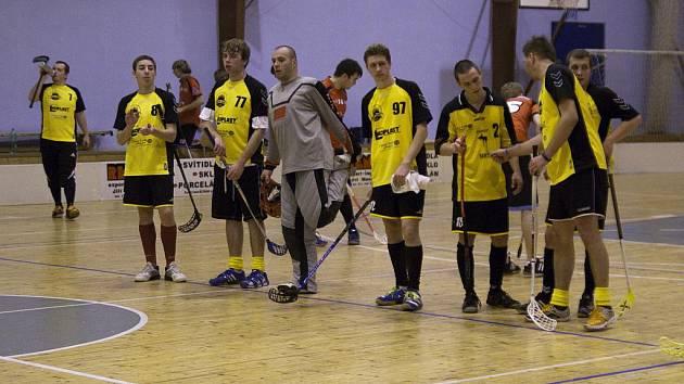 Florbalisté Atlasu Blansko (ve žlutém) jsou zatím ve třetí lize na sestup.
