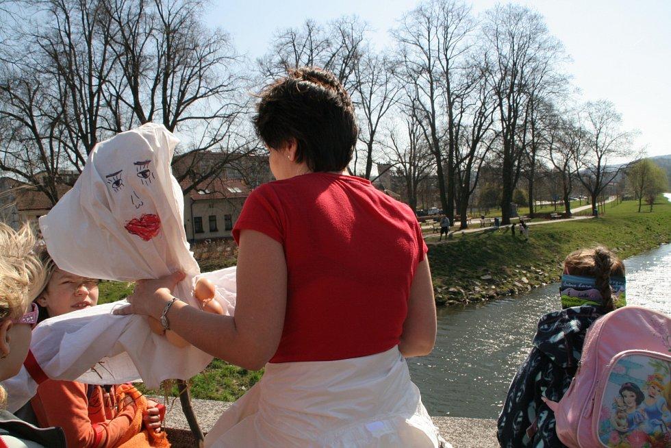 Blanenští už podesáté přívítali jaro společnou akcí. Symbol zimy hodili do řeky.