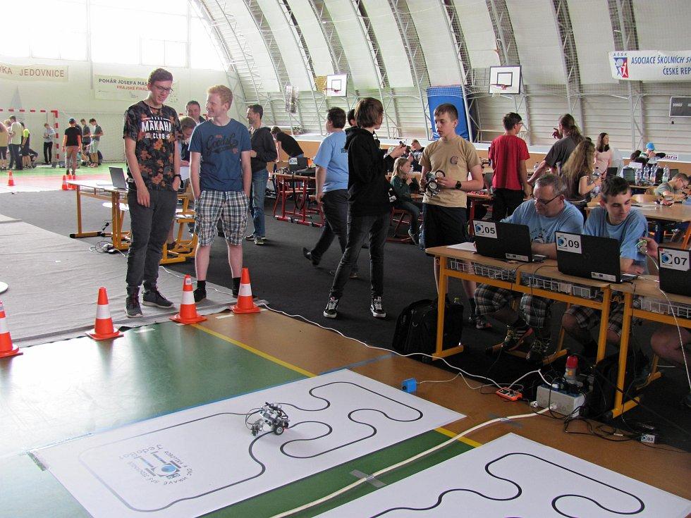 V Jedovnicích se konal čtvrtý ročník robotické soutěže Jedobot. Ve dvou disciplinách se mezi sebou utkalo devadesát robotů.