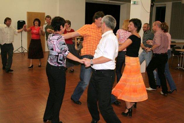V Dělnické domě v Blansku už začaly country taneční. Každou neděli po sedmé hodině večer se v malé sále schází několik dospělých párů, aby si zpestřily závěr víkendu.
