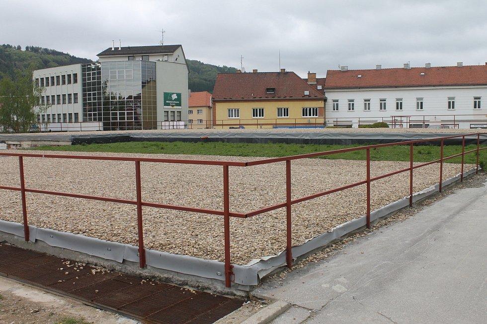 Zchátralý hotel Dukla v centru Blanska zbourali dělníci loni. Letos na jeho místě udělají odpočinkovou zónu. Divadlo Kolárka chce v suterénu stálou scénu.