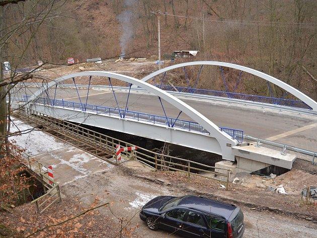 U Adamova otevřeli nový silniční most.