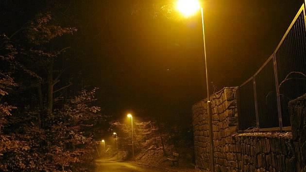 Na hřbitově v Adamově svítí nové lampy.