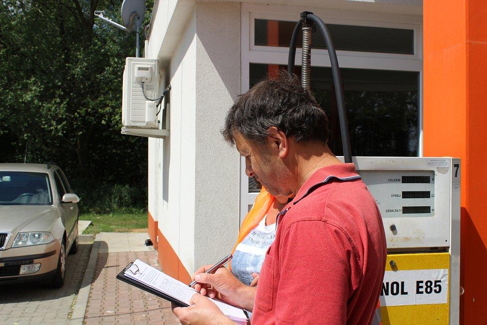 Na benzinové stanici v Černé Hoře lidé v úterý podepisovali petici za stavbu silnice D43.