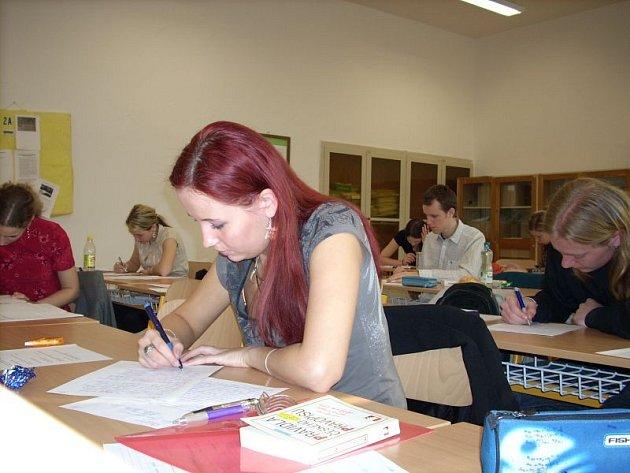 V úterý se studenti blanenského gymnázia vrhli do maturitních písemných zkoušek.