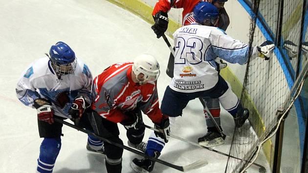 Hokejisté Dynamiters Blansko ovládli letošní okresní přebor, ani jednou neprohráli. Na snímku v zápase s týmem HC Blansko, kterému patřila většina posledních ročníků. Tentokrát se musel spokojit se čtvrtým místem.