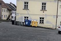 Nové kontejnery v Plačkově ulici v Boskovicích.