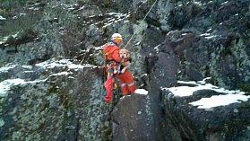 Dvě jednotky profesionálních hasičů zasahovaly v pátek odpoledne v rájecké lokalitě V Úzkých. Ze skály tam zahraňovaly psa.