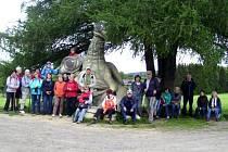 Výlet turistů ze Spartaku Adamov na Rozštípenou skálu.