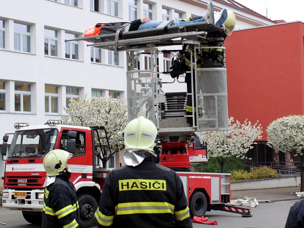 Hasiči zachránili blanenské úředníky z hořící budovy. Při taktickém cvičení.