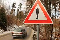 V kopci z Josefova do Olomučan musejí být řidiči opatrní. V jedné ze zatáček totiž chybějí svodidla a kousek od krajnice začíná prudká strž.