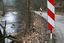 ADRENALIN ZA VOLANTEM. Řada motoristů se při cestě z Adamova do Bílovic nad Svitavou necítí bezpečně. Kvůli kamenům, které se na silnici kutálejí z příkrých srázů. Silnici občas také zatarasí vyvrácené stromy.