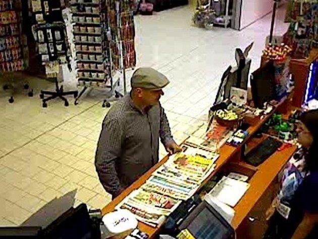 Zloději ukradli z trezoru v boskovické prodejně tabáku v supermarketu Kaufland přes sto tisíc. Policie po nich pátrá.