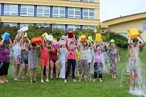 Na podporu svého nemocného kolegy se polili ledovou vodou zaměstnanci Obchodní akademie a Střední zdravotnické školy v Blansku.