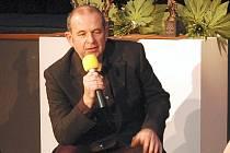 Miloš Libra (na snímku uprostřed) umí zaranžovat s nadhledem a mírnou ironií prvorepublikové songy, obrovský kus práce odvedl i s orchestrem v jednom z nejúspěšnějších představení Blanenského divadla Elektrická puma s písněmi Suchého a Havlíka.