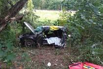 Na okraji Boskovic narazilo auto do stromu. Pro zraněnou spolujezdkyni přiletěl vrtulník.