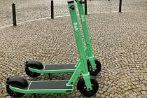 V Boskovicích mají sdílené koloběžky. Na zkoušku jezdí v ulicích třicet strojů.