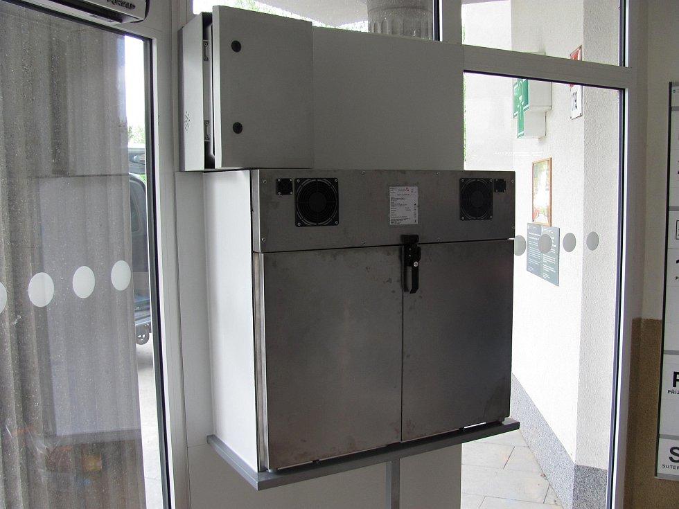 V boskovické nemocnici v pondělí namontovali babybox. Fungovat začne na konci května. Jedná se o druhý babybox na Blanensku.