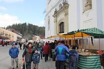 Poutníky na tradiční květný pátek ve Sloupě neodradilo ani mrazivé počasí a studený vítr.