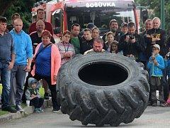 Siláci tahali v Šošůvce auto a převraceli obří pneumatiky.